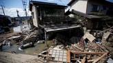 Hampir 13 ribu orang tak mendapatkan listrik, kata perusahaan listrik setempat pada Senin, sementara ratusan ribu lainnya tak punya akses air bersih. (REUTERS/Issei Kato)