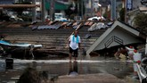 Jumlah korban kini setidaknya mencapai angka 109 jiwa, setelah banjir memaksa jutaan orang mengungsi dari rumah. (REUTERS/Issei Kato)