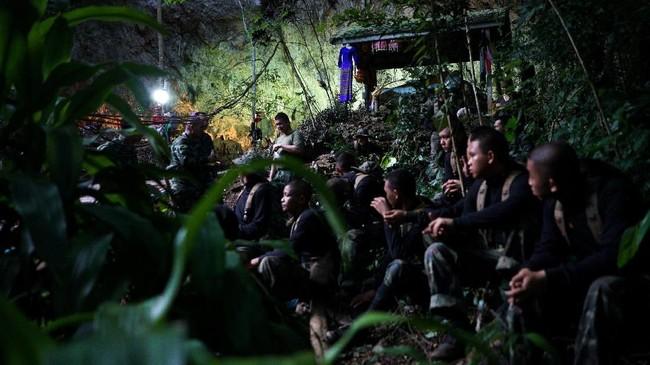 Masih ada delapan orang lagi di dalam gua setelah empat di antaranya berhasil dievakuasi dan kini dirawat di rumah sakit di Thailand. (REUTERS/Athit Perawongmetha)