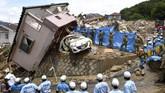 Meski hujan berkelanjutan telah berakhir, para pejabat memperingatkan bahaya guyuran dan badai mendadak (Kyodo/via REUTERS)