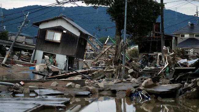 Hal ini memicu kekhawatiran akan serangan panas di daerah-daerah yang tak punya akses listrik atau air. (REUTERS/Issei Kato)