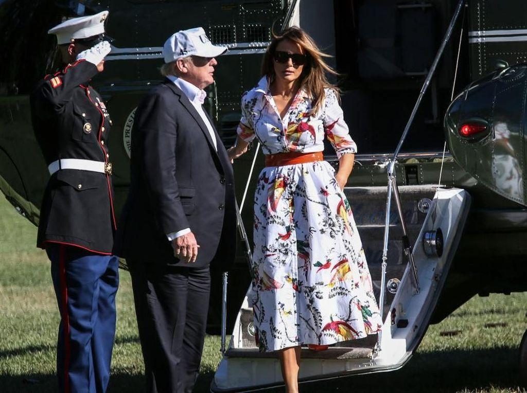 Foto: Tampil Beda, Melania Trump Pakai Gaun Bermotif Burung Beo