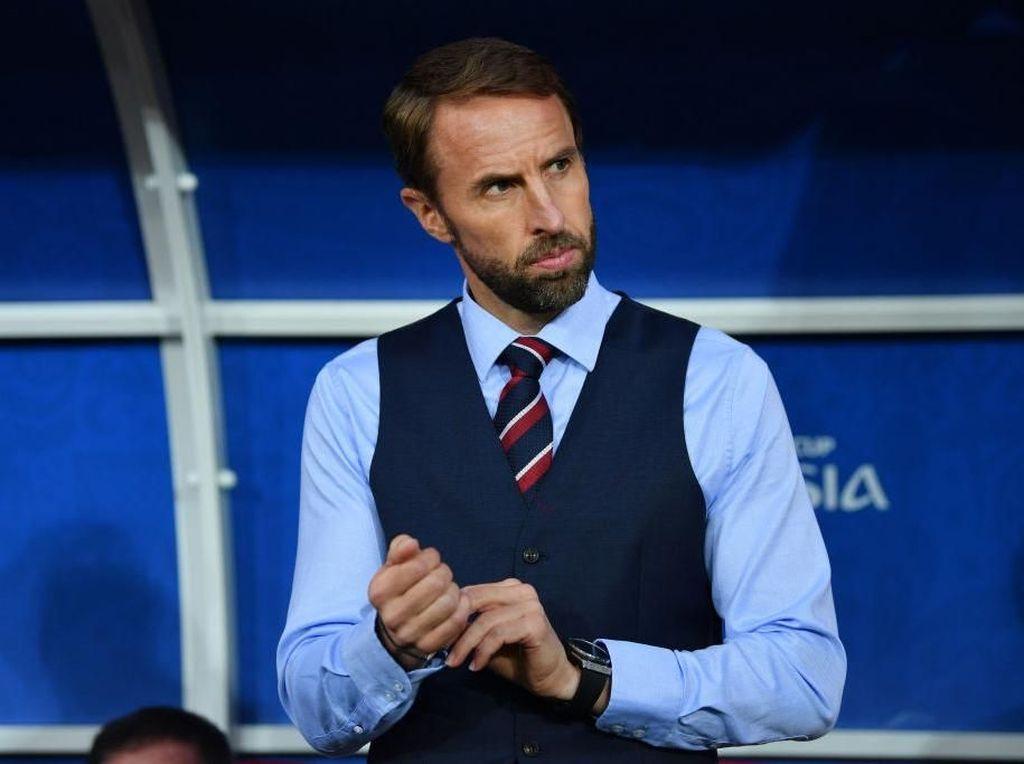 Dukung Inggris, Fans Ramai-ramai Pakai Rompi ala Gareth Southgate