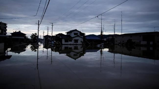 Jepang selalu memantau cuaca dan menerbitkan peringatan dini, tapi populasi padat membuat setiap lahan yang tersedia di pegunungan diisi oleh bangunansehingga rawan bencana. (REUTERS/Issei Kato)
