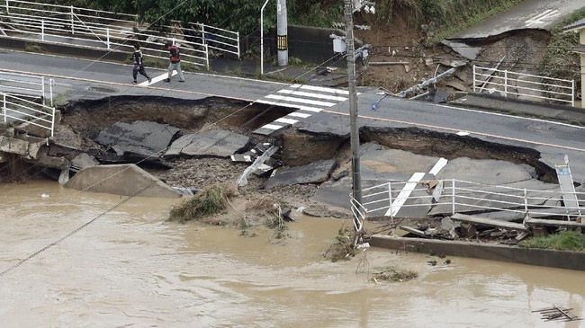 Sementara pencarian terus berlangsung dan hujan mulai reda, masalah baru justru timbul. (Kyodo/via REUTERS)