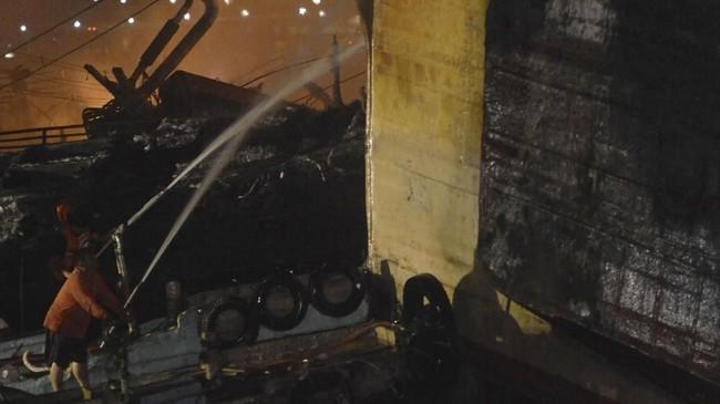 Kebakaran kapal-kapal tersebut sulit dipadamkan karena ada sebagian yang di dalamnya masih terdapat bahan bakar solar maupun oli dalam jumlah banyak.(ANTARA FOTO/Fikri Yusuf)