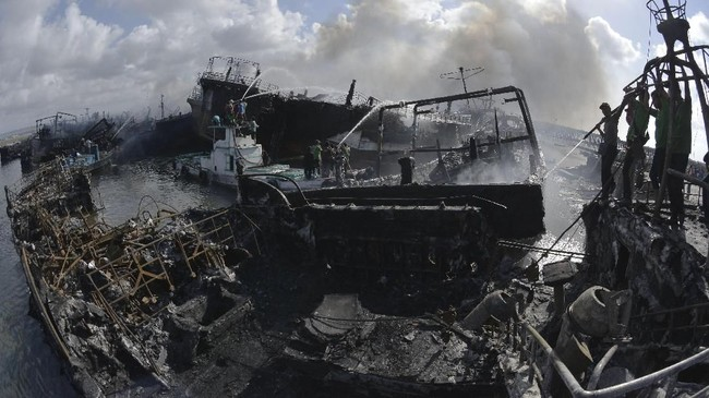 Sebagian besar kapal-kapal berlabuh yang terbakar api itu adalah yang bermuatan 70 gross ton (GT). Diperkirakan kerugian mencapai lebih dari Rp100 miliar. (ANTARA FOTO/Fikri Yusuf)