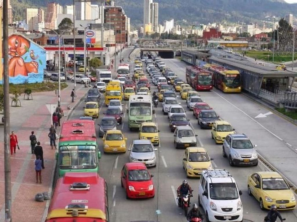 Supaya tidak terjadi mirip di Meksiko, di Bogota kombinasi pelarangan pelat nomor ganjil-genap melintas diberlakukan kombinasi. Sehingga setiap hari berbeda angka pelat yang boleh melintas. Foto: Pool (IndiaTimes)