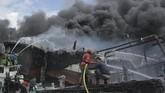Sejak Senin dini hari hingga Selasa pagi kebakaran kapal-kapal di Pelabuhan Benoa masih terjadi. Diketahui hingga berita terakhir ditulis pada 13.42 WIB, upaya pemadaman dilakukan petugas namun belum seluruhnya membuahkan hasil.(ANTARA FOTO/Fikri Yusuf)