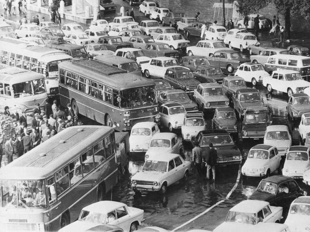 Sejak 1971 Kota Roma sudah mengalami kemacetan luar biasa, dan kini dirinya memberlakukan ganjil genap. Foto: Pool (Getty Images)