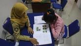 Siswa mengisi formulir untuk mendaftar SMP di kantor Dinas Pendidikan Kota Solo, Jawa Tengah, Senin (25/6). Disdik Kota Solo menyatakan PPDB 2018di Kota Solo menerapkan sistem zonasi untuk pemerataan akses dan mutu pendidikan. (ANTARA FOTO/Maulana Surya)