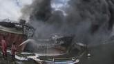 Kepala KSOP Kelas II Benoa, Dwi Yanto, menyatakan sebagian besar dari 40 kapal ikan yang terbakar di pelabuhan itu adalah kapal pasif yang sedang berlabuh. (ANTARA FOTO/Fikri Yusuf)