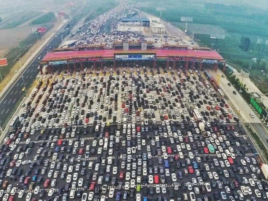 Ganjil-genap juga berlaku di Beijing dan terhitung berhasil. Saat itu, Kota Beijing memang berkeinginan untuk mengurangi polusi terkait dengan penyelenggaraan Olimpiade tahun 2008. Foto: Pool (IndiaTimes)