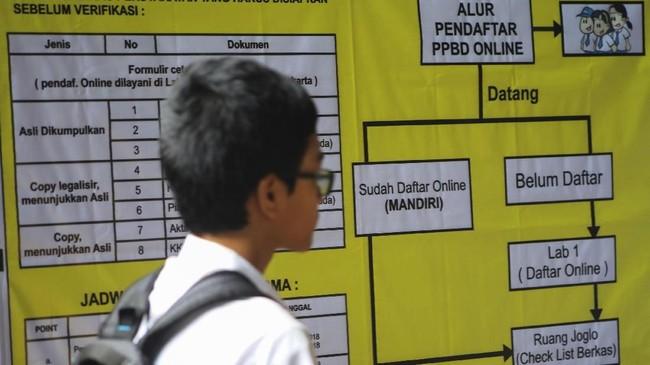 Calon siswa mengikuti pendaftaran PPDB 2018secara daring di SMAN 4 Solo, Jawa Tengah, Senin (2/7).Kemendikbud mengumumkan sistem zonasi menjadi kriteria utama dalam PPDB 2018untuk tingkat SMA atau sederajat. (ANTARA FOTO/Maulana Surya)