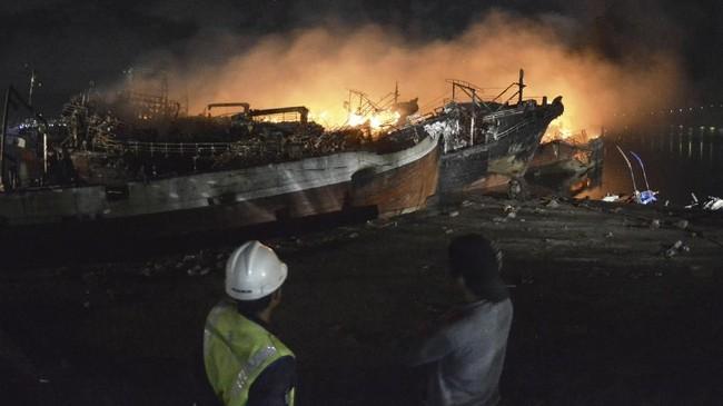 Kepala KSOP Kelas II Benoa, Dwi Yanto, mengatakan bangkai-bangkai kapal sisa terbakar untuk sementara diarahkan ke bagian pojok dermaga tersebut agar tidak menggangu lalu lintas kapal di pelabuhan tersebut. (ANTARA FOTO/Fikri Yusuf)