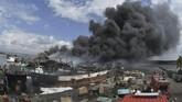 Petugas pemadam kebakaran dan warga berusaha memadamkan api yang membakar kapal ikan di Pelabuhan Benoa, Denpasar, Bali, Senin (9/7). Kebakaran itu pertama kali terjadi pada Senin dini hari, sekitar pukul 01.55 WITA. (ANTARA FOTO/Fikri Yusuf)