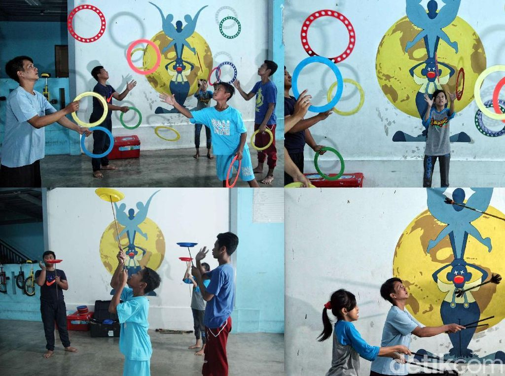 Sejumlah siswa belajar bermain sirkus.