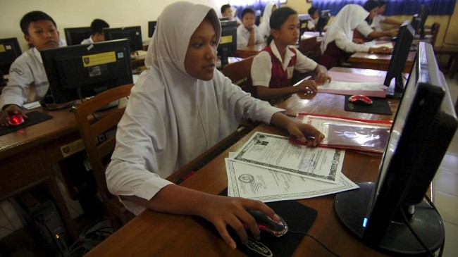 Siswa melakukan pendaftaran secara daring di SMPN 1 Slawi, Kabupaten Tegal, Jawa Tengah, Senin (2/7). Disdik Kabupaten Tegal, menyatakan PPDB 2018menerapkan sistem zonasi untuk mendekatkan satuan pendidikan dengan tempat tinggal peserta didik. (ANTARA FOTO/Oky Lukmansyah)