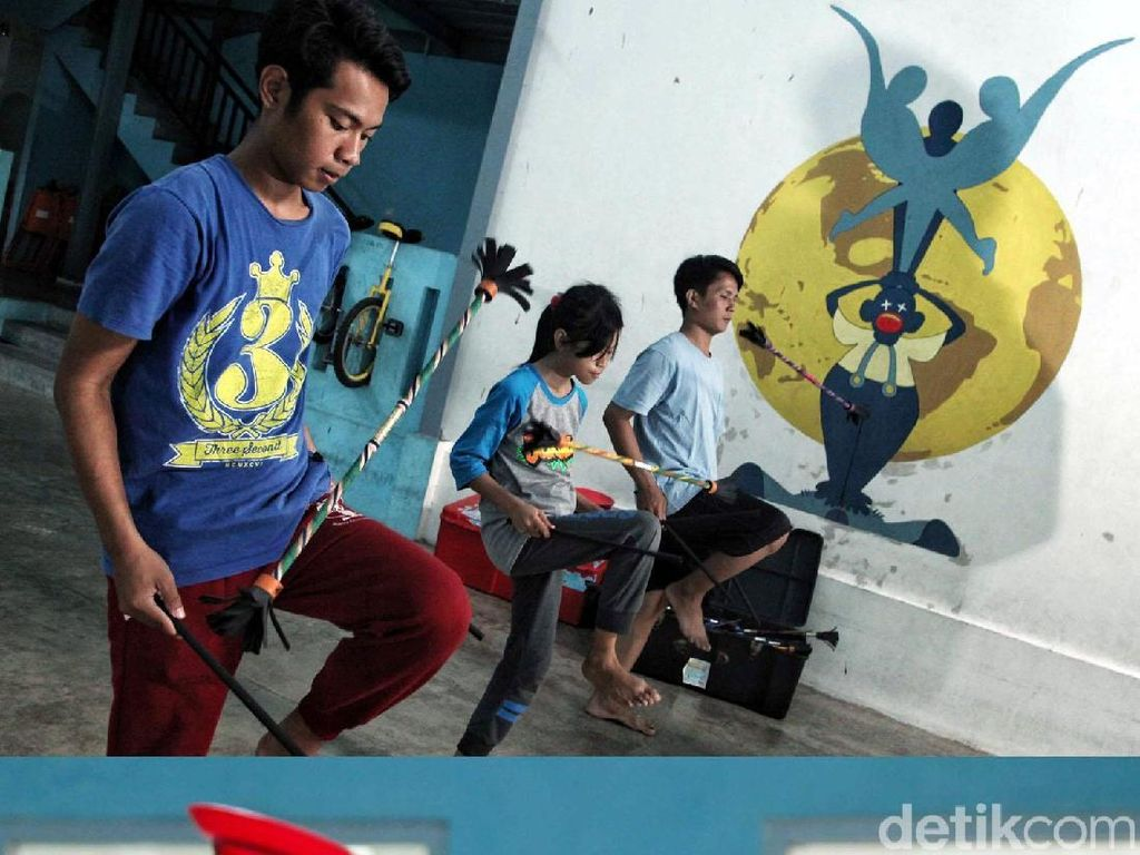 Yayasan Hidung Merah menyediakan 120 jam seni dan kelas pendidikan untuk lebih dari 300 anak-anak miskin setiap minggu.