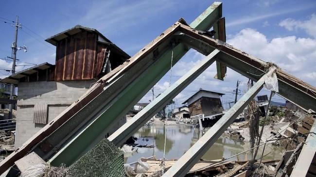 Meski banjir, siang hari panas terik bisa mencapai 30 derajat Celcius. (REUTERS/Issei Kato)