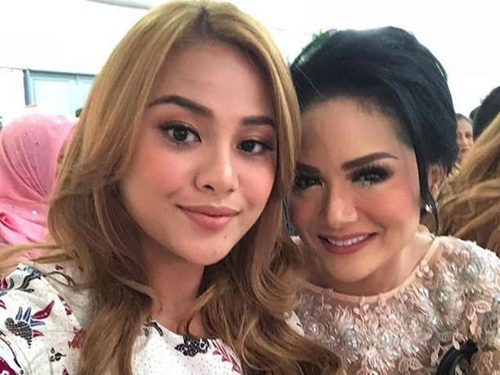 Hubungan Aurel dan KD seperti pasang-surut setelah perceraian Anang Hermansyah dengan sang diva. Kerap berseteru di medsos, keduanya kerap harmonis lagi. Foto: Krisdayanti dan Aurel (Instagram)