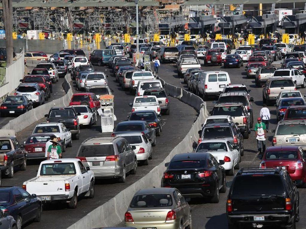 Meksiko juga berhasil menerapkan aturanganjil-genapdi kotanya walaupun hanya bersifat sementara. Polusi di Meksiko berkurang hingga 11 persen. Tapi itu hanya berlangsung sementara saja.Foto: Pool (Getty Images)