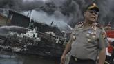 Kapolda Bali Inspektur Jenderal Petrus R Golose menyaksikan pemadaman api di lokasi kebakaran kapal ikan di Pelabuhan Benoa, Denpasar, Bali, Senin (9/7). Polisi telah memeriksa belasan Anak Buah Kapaldan akan meneliti penyebab terbakarnya 40 unit kapal nelayan. (ANTARA FOTO/Fikri Yusuf)