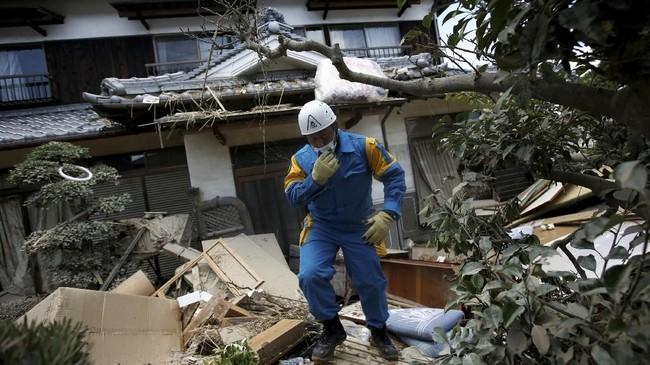 Hujan lebat yang mengguyur wilayah barat Jepang menyebabkan banjir dan tanah longsor, kondisi rumah di Kota Mabi, Kurashiki, Prefektur Okayama, Jepang, Selasa (10/7). (REUTERS/Issei Kato)