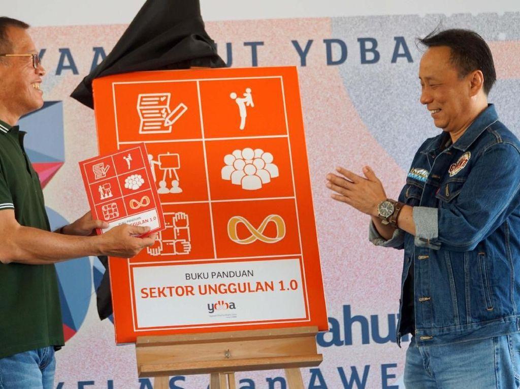 YDBA dalam memperingati hari jadi ke-38 dalam kegiatannya antara lain juga memberikan penghargaan untuk UMKM yang berprestasi dan kepada pihak pihak yang terlibat dalam ekosistem pembinaan UMKM serta meluncurkan buku panduan sektor keunggulan 1.0. Pool/YDBA.