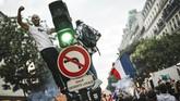 Ribuan warga Prancis turun ke jalan menyambut lolosnya tim nasional mereka ke babak final Piala Dunia 2018. (AFP PHOTO / Lucas BARIOULET)