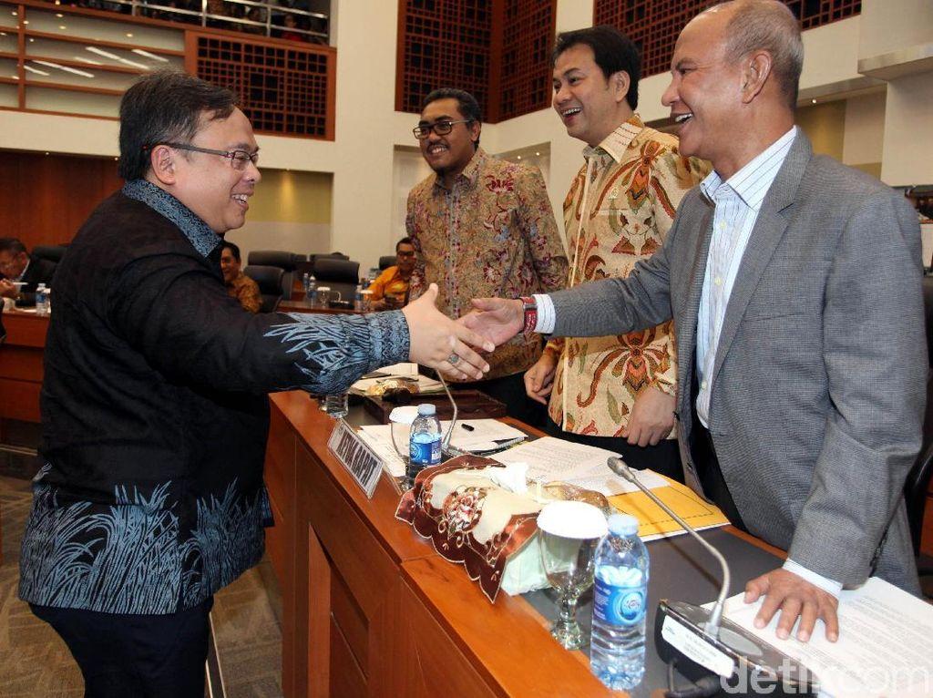 Menteri PPN/KA Bappenas Bambang Brodjonegoro terlihat bersalaman dengan pihak Banggar DPR.