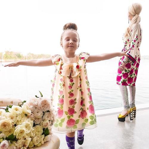 Gaya Kompak Ibu-Anak dengan Baju Branded, Sekali Tampil Bisa Capai Rp 75 Juta