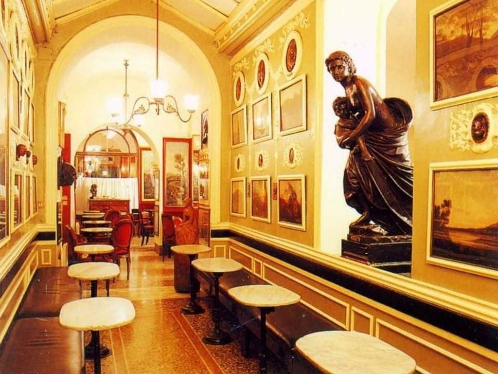 Antico Caffee Greco di Roma merupakan kafe tertua kedua di Italia. Bahkan penulis terkenal Giacomo Casanova pernah mengunjungi coffee shop ini. Satu bungkus kecil bubuk kopi di sini harganya mencapai $15.99 (Rp 229.000). Foto: Istimewa