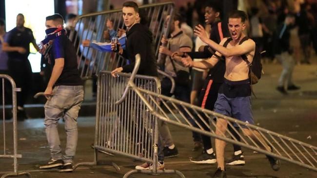 Namun di sejumlah tempat seperti di Champs Elysees, pawai kemenangan berujung kericuhan. (REUTERS/Gonzalo Fuentes)