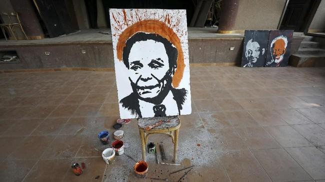 Rata-rata, sebuah lukisan karya Albert Magdy mampu diselesaikan dalam waktu tiga hingga empat menit. (REUTERS/Mohamed Abd El Ghany)