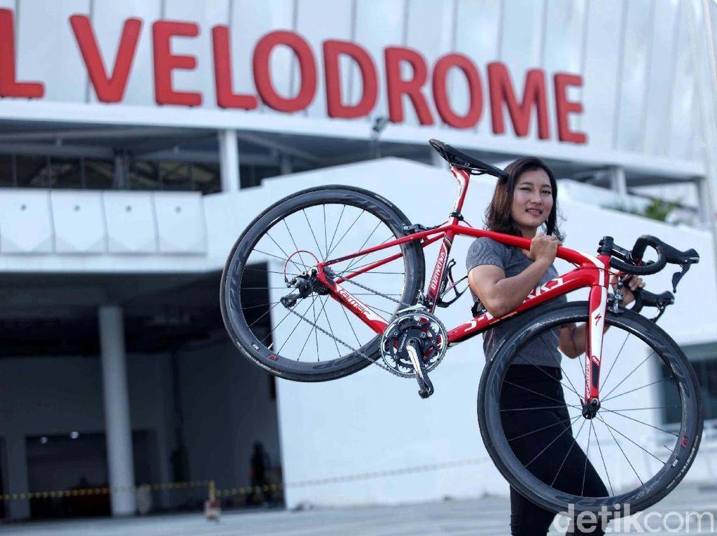 Tapi, Crismon tak menyerah. Dia tetap melahap latihan demi latihan pada pagi dan sore di Velodrome Jakarta di Rawamangun, Jakarta Timur.