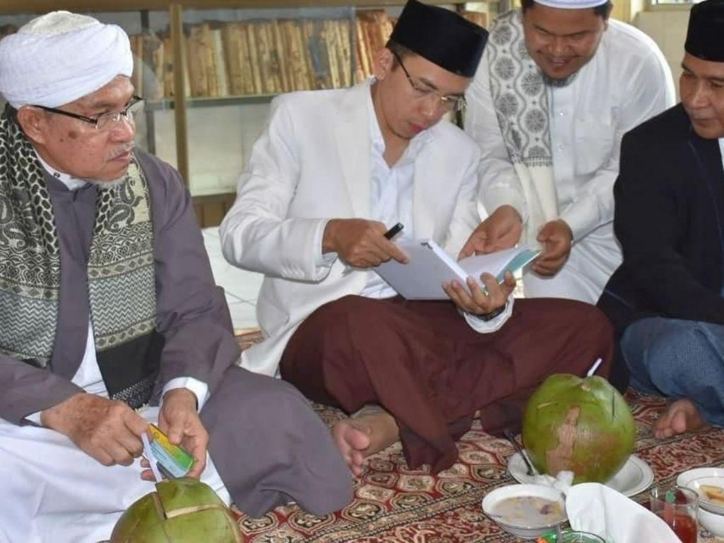 Masih dengan para ulama, kali ini pria berusia 46 tahun itu terlihat sedang mengadakan pertemuan sambil makan bareng. Ada kelapa batok hingga semangkuk kolak. Foto: Instagram tuangurubajang