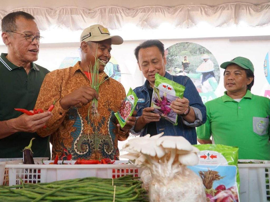 Ketua Pengurus YDBA, Henry C Widjaja (kiri) bersama Direktur PT Astra International Tbk,Santosa (kedua dari kiri) berkunjung dan berbincang dengan petani yang mengikuti pameran UMKM dalam memperingati hari jadi YDBA ke 38 di Desa Shabah, Kec Bungur,Kabupaten Tapin, Kalimantan Selatan, Selasa (10/7). Pool/YDBA.