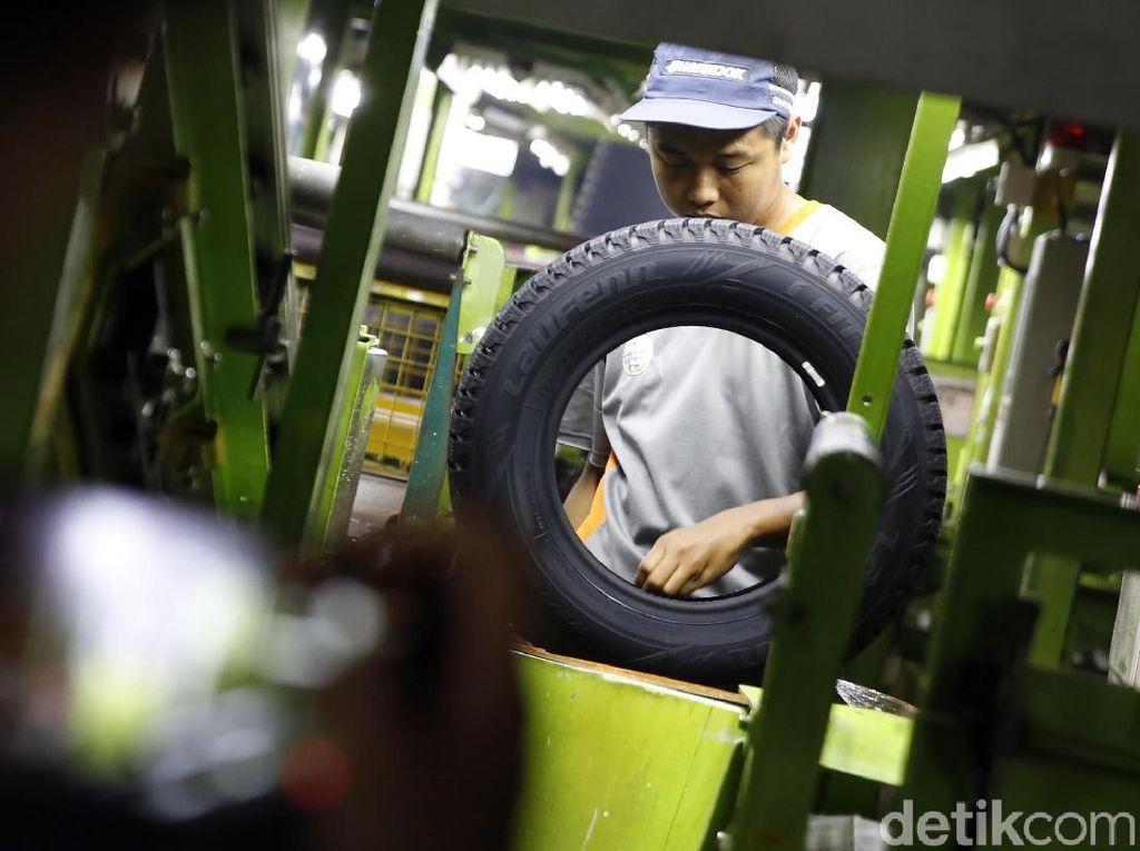 Para pekerja menyelesaikan pembuatan ban di pabrik Hankook Tire Indonesia.