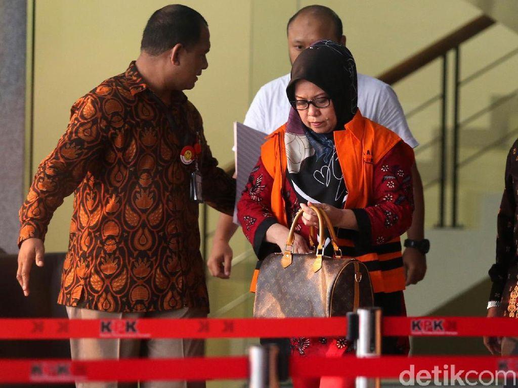 Tiaisah Ritonga keluar gedung KPK dengan mengenakan rompi tahanan.