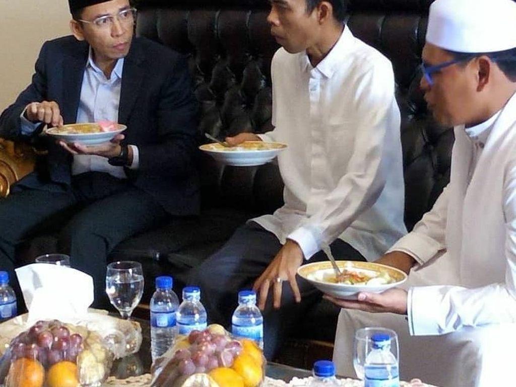 Begini suasana hangat saat Tuan Guru Bajang makan bersama bersama Ustaz Abdul Somad. Sepertinya mereka sedang melahap sajian berkuah lengkap sengan kerupuk merah. Foto: Instagram tuangurubajang