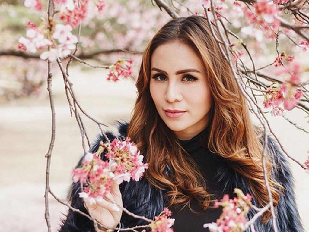 Ia juga liburan di Japan dan berfoto bersama Bunga Sakura. Foto: Dok. Instagram/therealmomogeisha