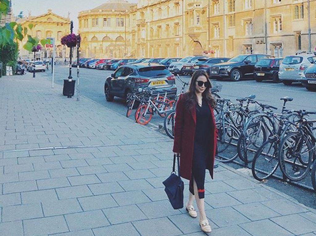 Ia juga mengabadikan momen saat berada di depan University of Oxford. Foto: Dok. Instagram/therealmomogeisha