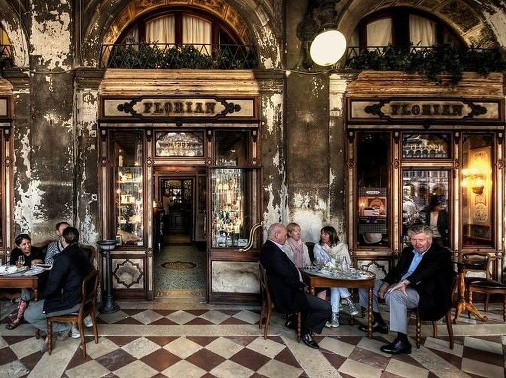 Cafe Florian di Venesia masuk dalam coffee shop mewah yang sudah berdiri sejak abad ke 18. Kafe ini menyatu dengan sebuah museum. Sehingga interiornya sangat mewah sekaligus antik. Foto: Istimewa