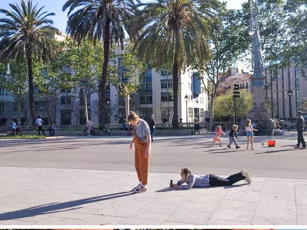 Sahabat yang baik rela tiduran di jalanan umum hanya demi ambil foto sepatu temannya. (Foto: Brightside)