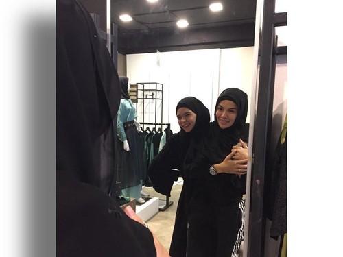 Ketika Nikita Mirzani Diajari Hijab Gaya Arab oleh Desainer Vivi Zubedi