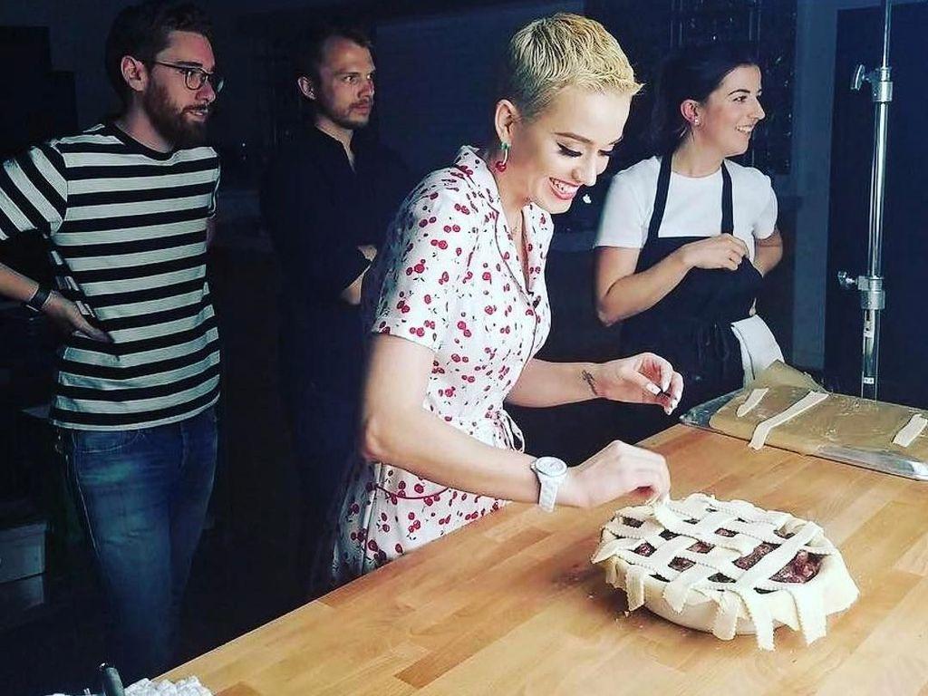 Dalam rangka merilis lagu terbarunya, Katy membagikan resep Cherry Pie buatannya, yang digemari banyak orang. Foto: Instagram @katyperry