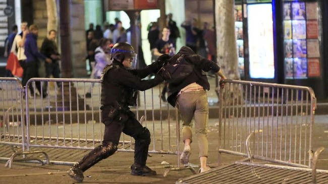 Sejumlah fans ditangkap karena melempari polisi Prancis. (REUTERS/Gonzalo Fuentes)