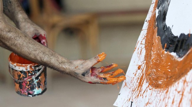 Seniman bernama Albert Magdy tersebut baru berusia 23 tahun. (REUTERS/Mohamed Abd El Ghany)