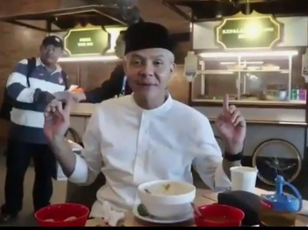 Saat singgah di Bandara Ahmad Yani, Ganjar menyempatkan menyantap menu sarapan di pusat kuliner bandara. Belakang saya ada makanan favorit saya, Kepala Manyung Bu Fat huaaah huaah... kata pria murah senyum ini. Foto: instagram @ganjar_pranowo